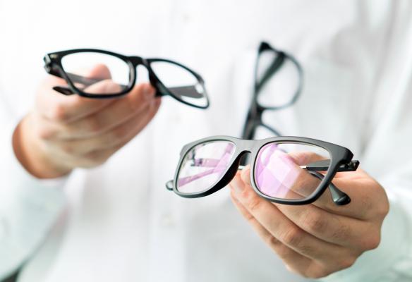 Chọn kính cận như thế nào để bảo vệ tốt nhất cho đôi mắt của bạn