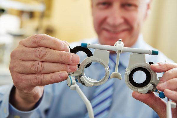 Hãy đến các trung tâm hay cửa hàng uy tín để kiểm tra tình trạng sức khỏe mắt một cách chính xác