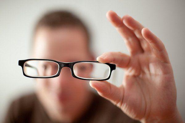 Loạn thị có nên đeo kính hay không